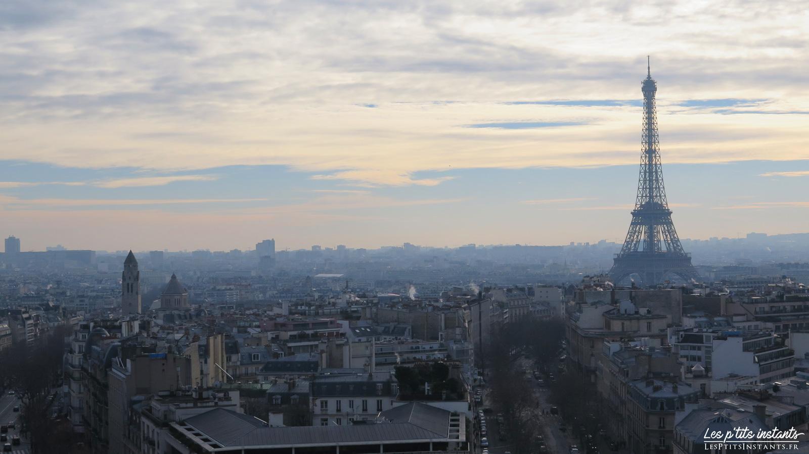 La Tour Eiffel dans la brume, depuis le sommet de l'Arc de Triomphe