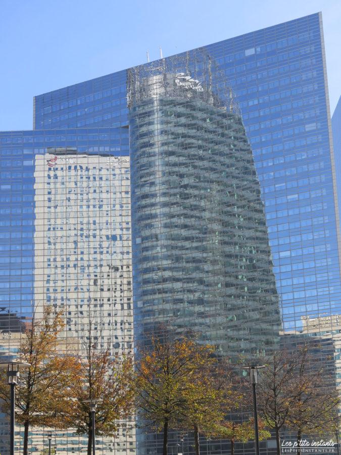 La tour Egée et l'hôtel Pullman se reflétant sur la façade de la tour Séquoia, La Défense