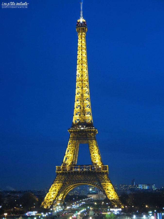 La tour Eiffel illuminée à la tombée de la nuit