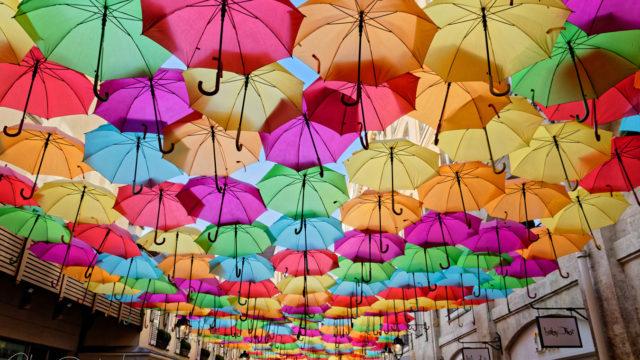 Ciel de parapluies multicolores au Village Royal